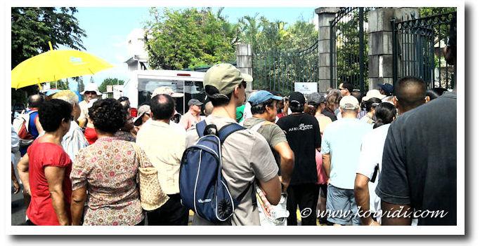 manifestans devant la sous préfecture