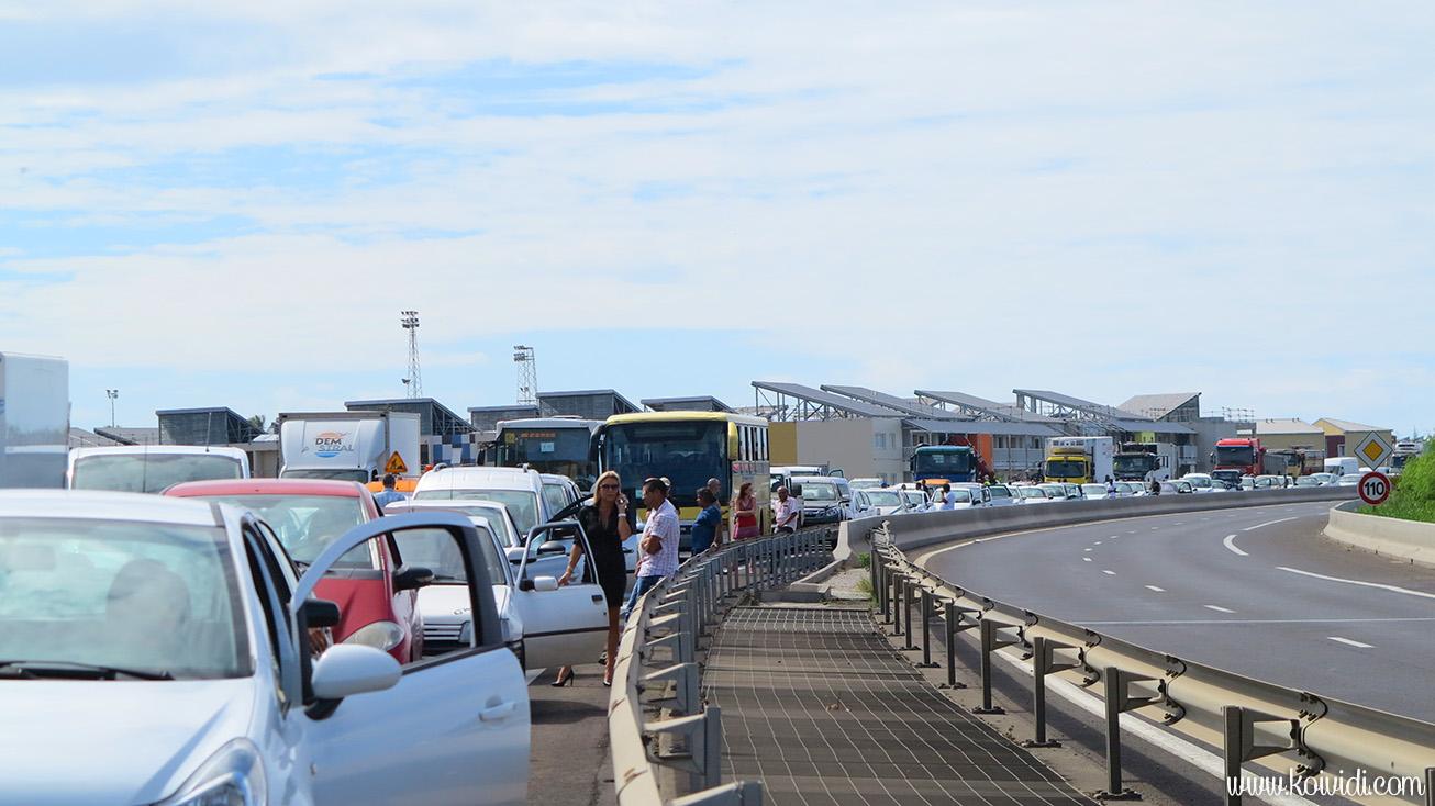 véhicules bloquées sur la RN1 la Réunion